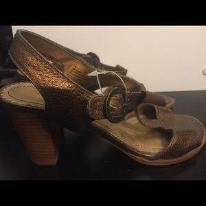 Isaac Mizarahi used gold strap shoes 7 1/2